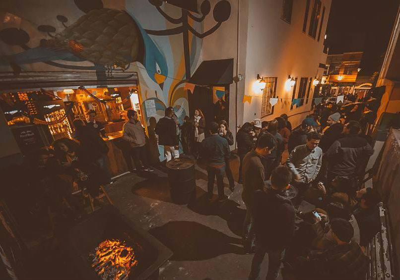 Karaokê com banda ao vivo vai do metal à 'Boate Azul' no Jano Pub