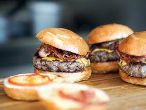 Que tal um hambúrguer? Peça em casa com desconto do Clube