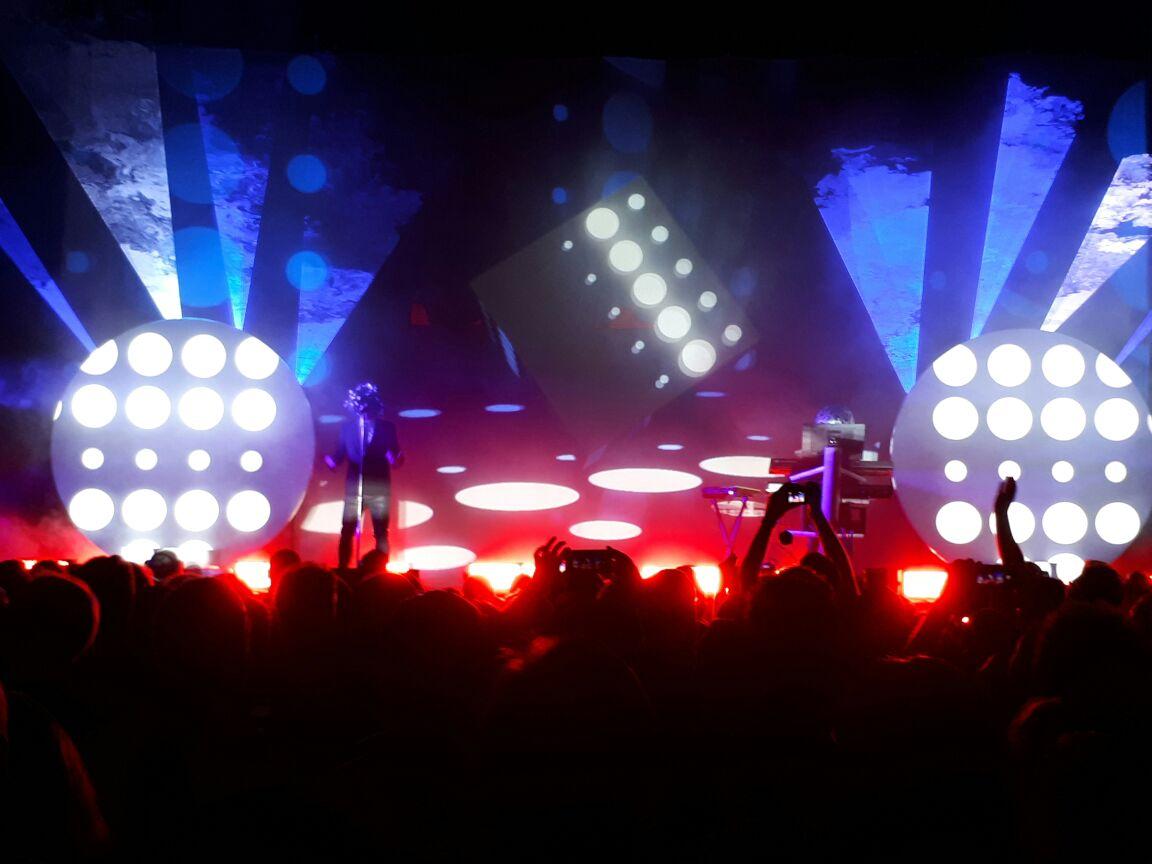 Pet Shop Boys fazem público dançar com boa música e efeitos especiais