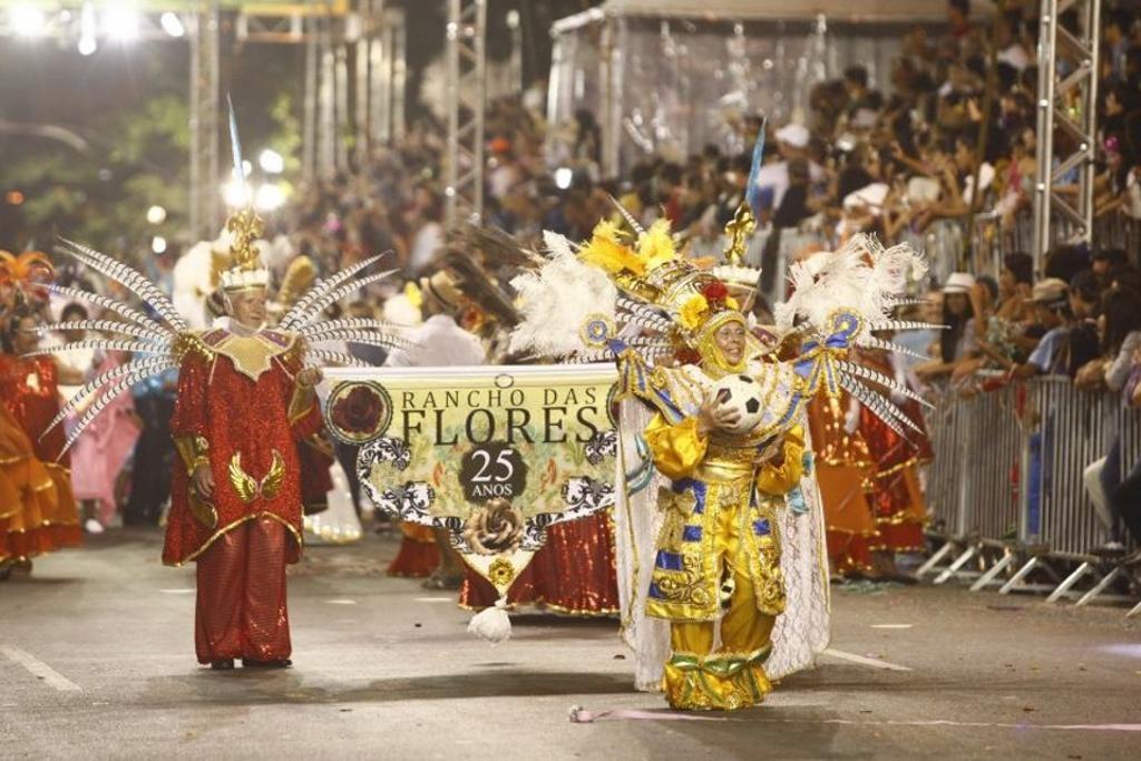 Com mais dinheiro, 9 escolas de samba desfilam no carnaval de Curitiba