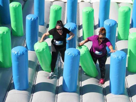 Corrida com obstáculos infláveis gigantes tem cinco horários de saída esgotados