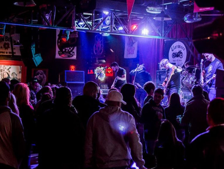 Festival Rock do Bem II arrecada doações de cobertores e agasalhos no Claymore Bar
