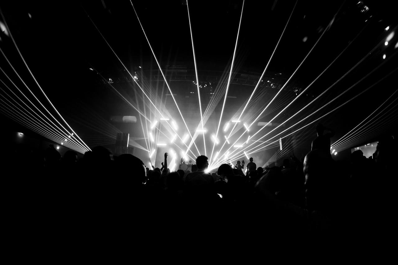 Festa de música eletrônica com três palcos agitada o fim de semana