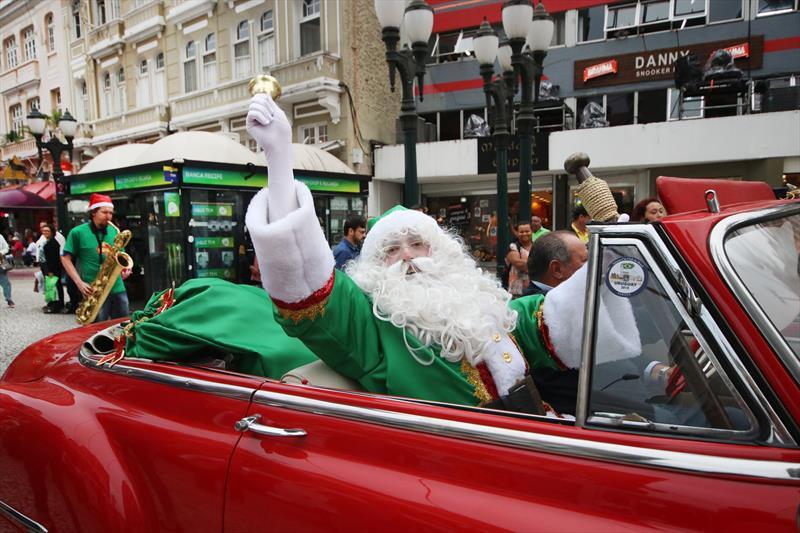 Papai Noel desfila de carro conversível pela Rua XV