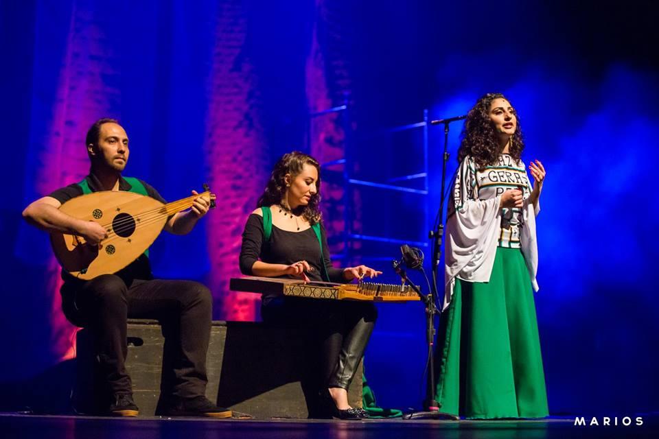 Refugiados sírios cantam na língua de Jesus em apresentação de Natal