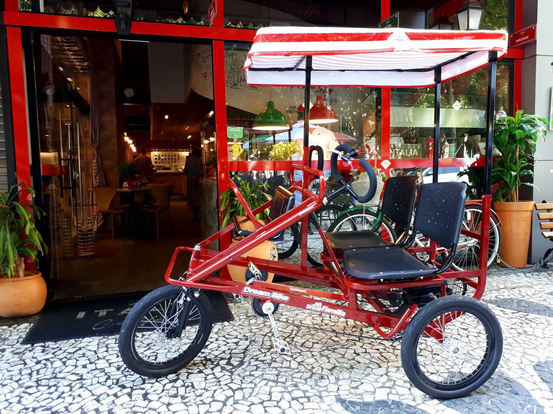 Dá para passear de triciclo, e de graça, no centro de Curitiba
