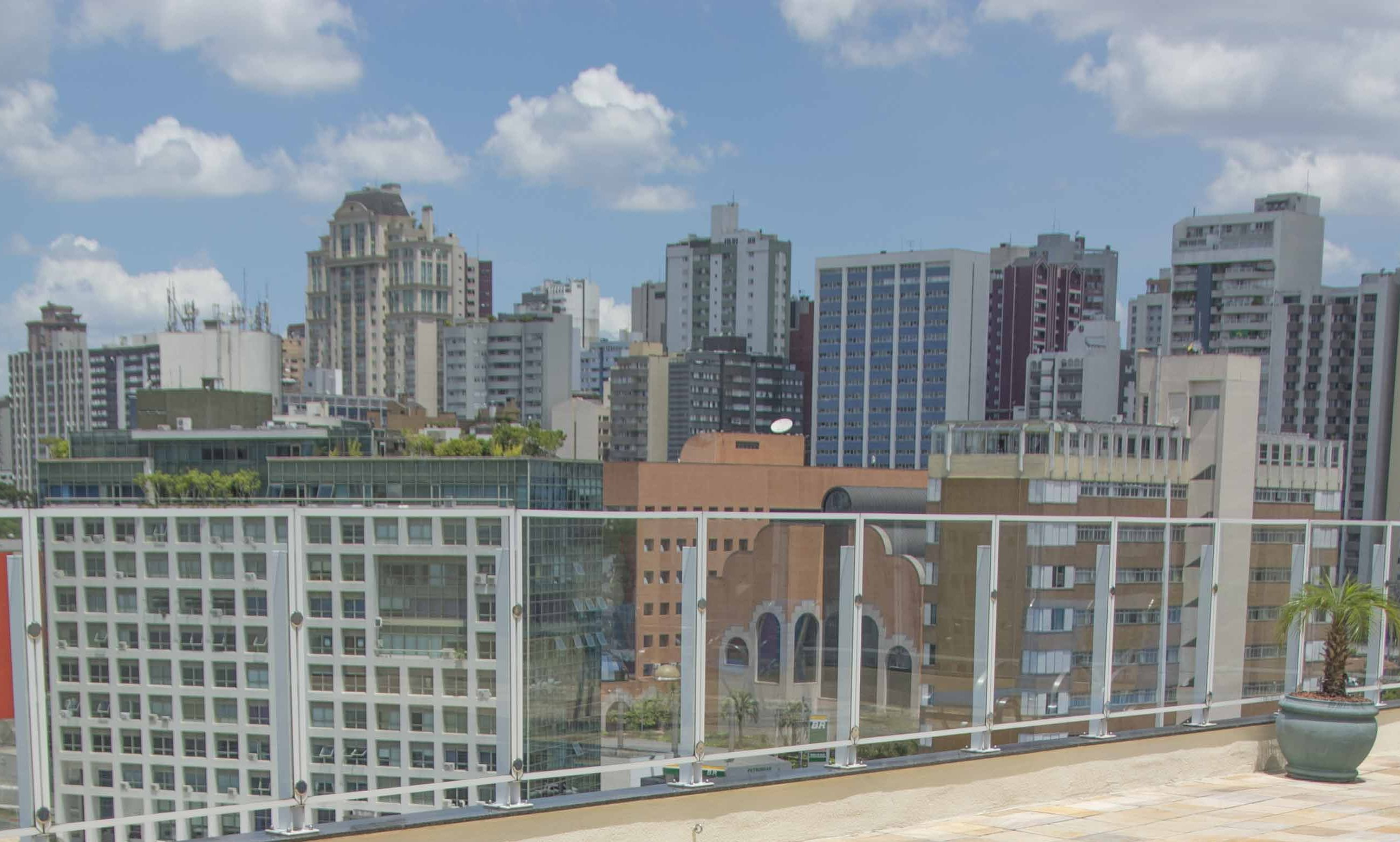 Hotel de Curitiba tem happy hour em rooftop a 30 metros de altura