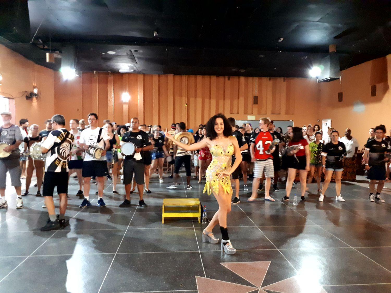 Escola de samba faz ensaio aberto com festa às quintas e domingos