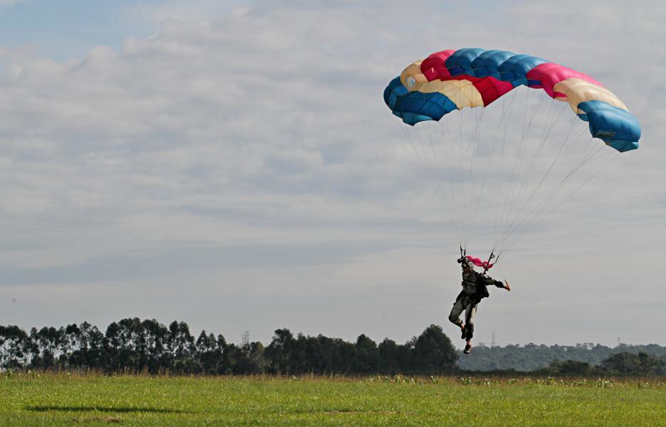 Quanto custa saltar de paraquedas não muito longe de Curitiba
