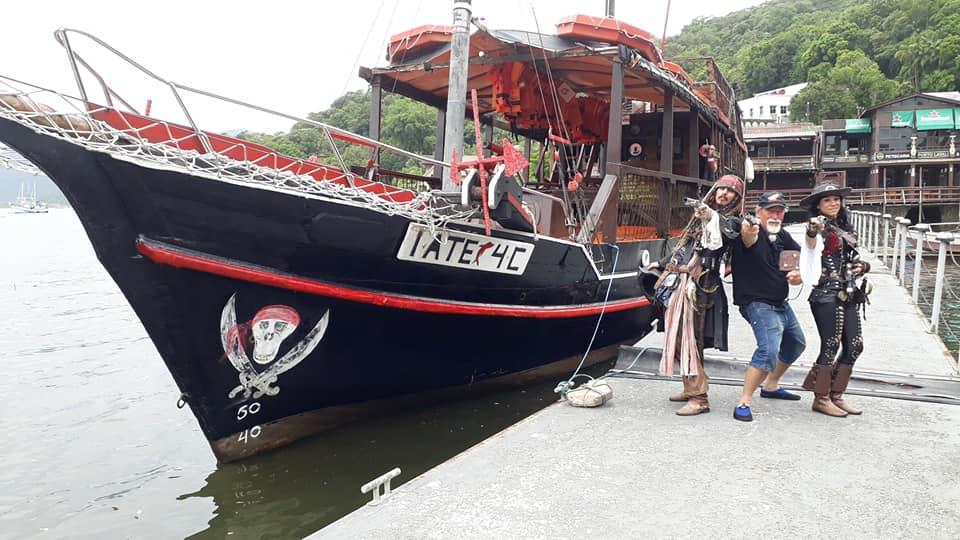 Passeio no Barco Pirata em Guaratuba tem teatro e banho de mar