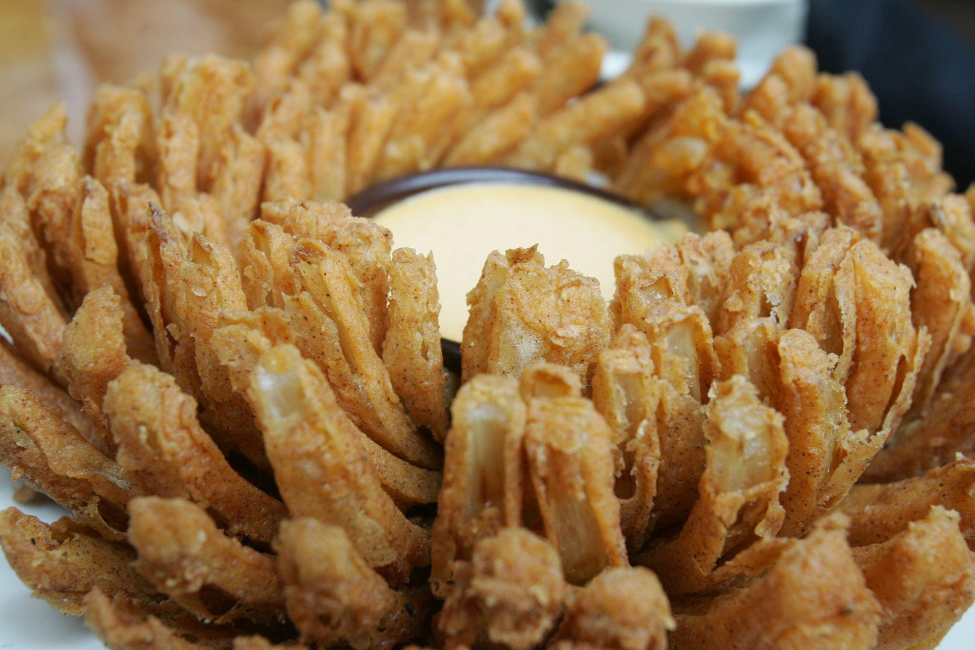 Saiba como comer de graça a famosa cebola do Outback