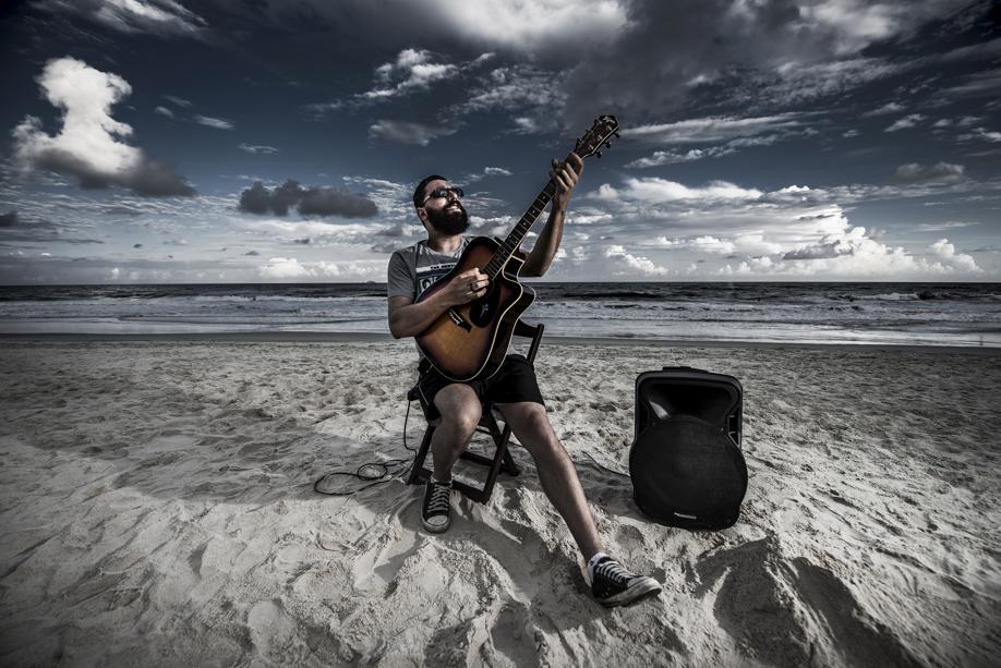Um banquinho, o mar e um violão: um guia praieiro da música ao vivo