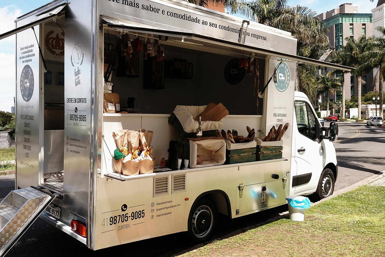 Padeiro roda Curitiba vendendo pães em food truck