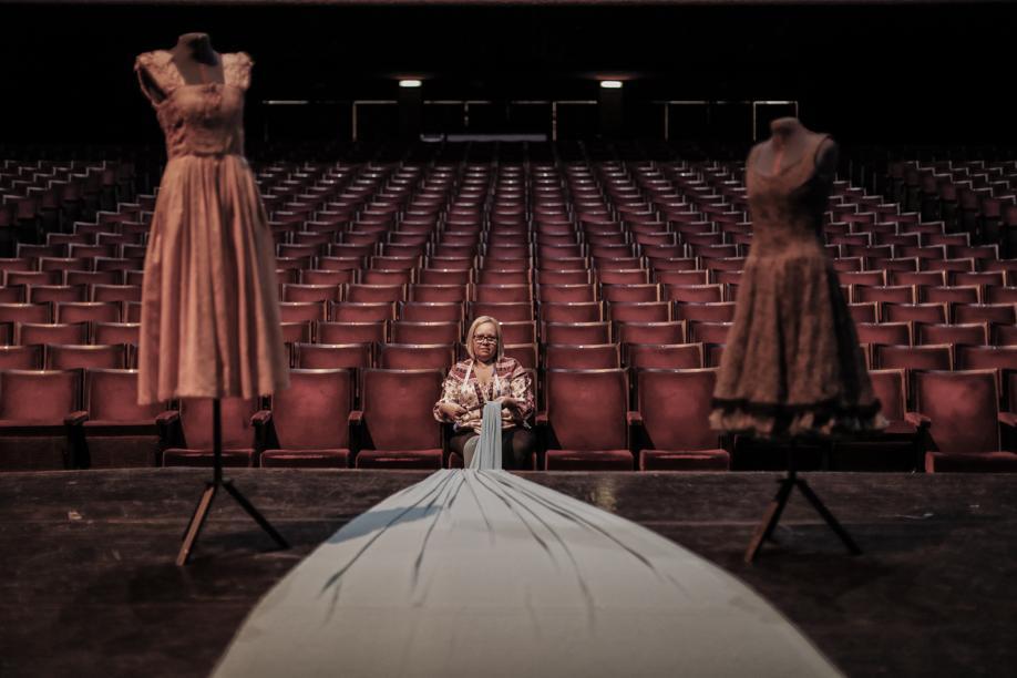 """Conheça Rose Matias, a """"última"""" costureira do Ballet do Teatro Guaíra"""