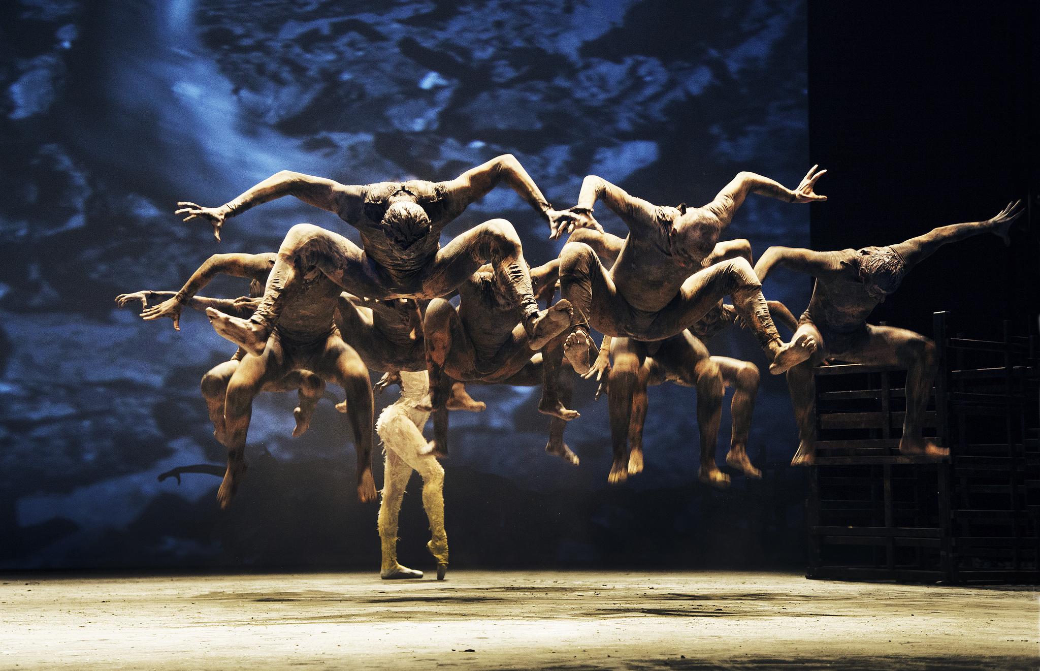 """Com bailarinos sujos de lama, """"Cão Sem Plumas"""" de Deborah Colker volta ao Guaíra"""