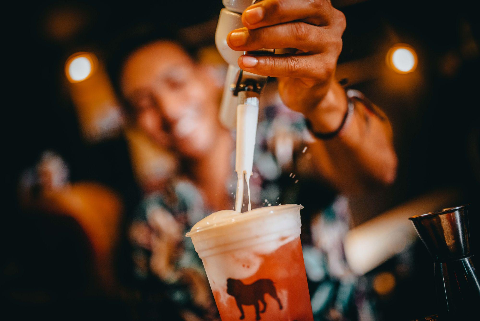 Conheça o drink que vende mais de mil unidades por mês em bar de Curitiba