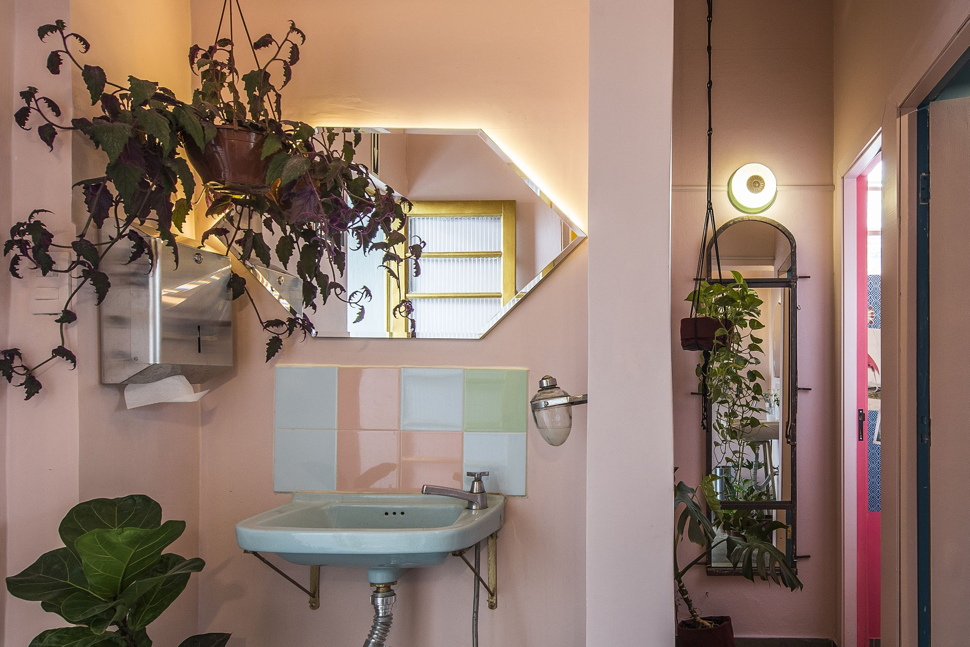 Banheiros estilosos de cafeterias em Curitiba que valem tirar uma selfie