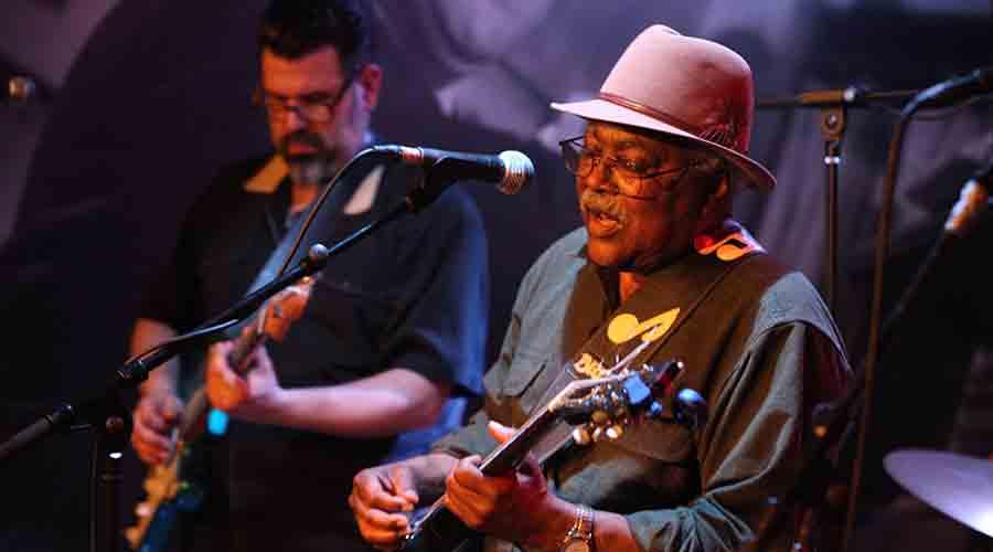 Grande nome do blues no mundo faz show de graça em Curitiba