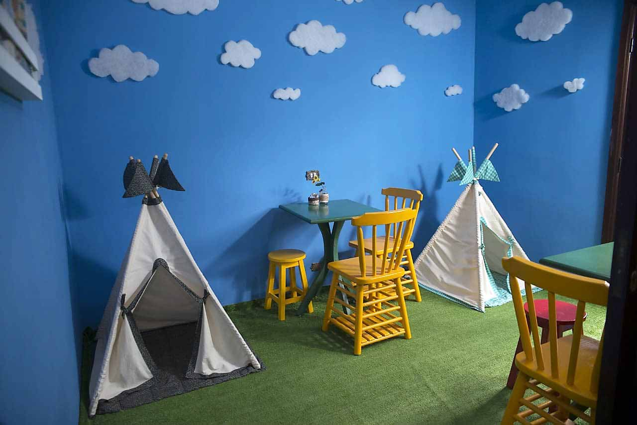 Cafeteria em Curitiba cria espaço para receber mães de bebês e crianças pequenas
