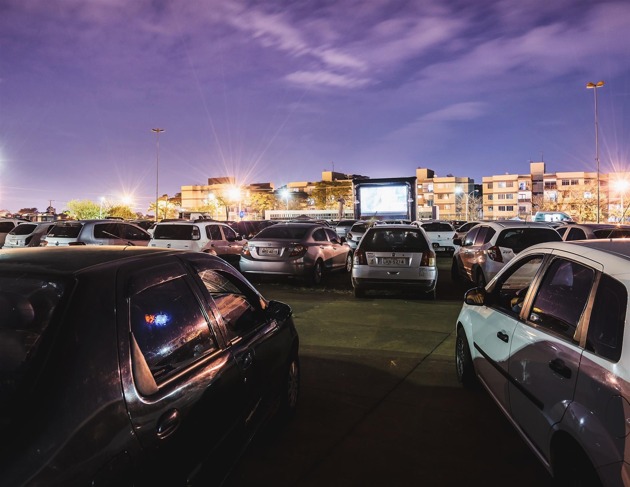 Sessão de cinema drive-in em shopping de Curitiba esgota em poucas horas