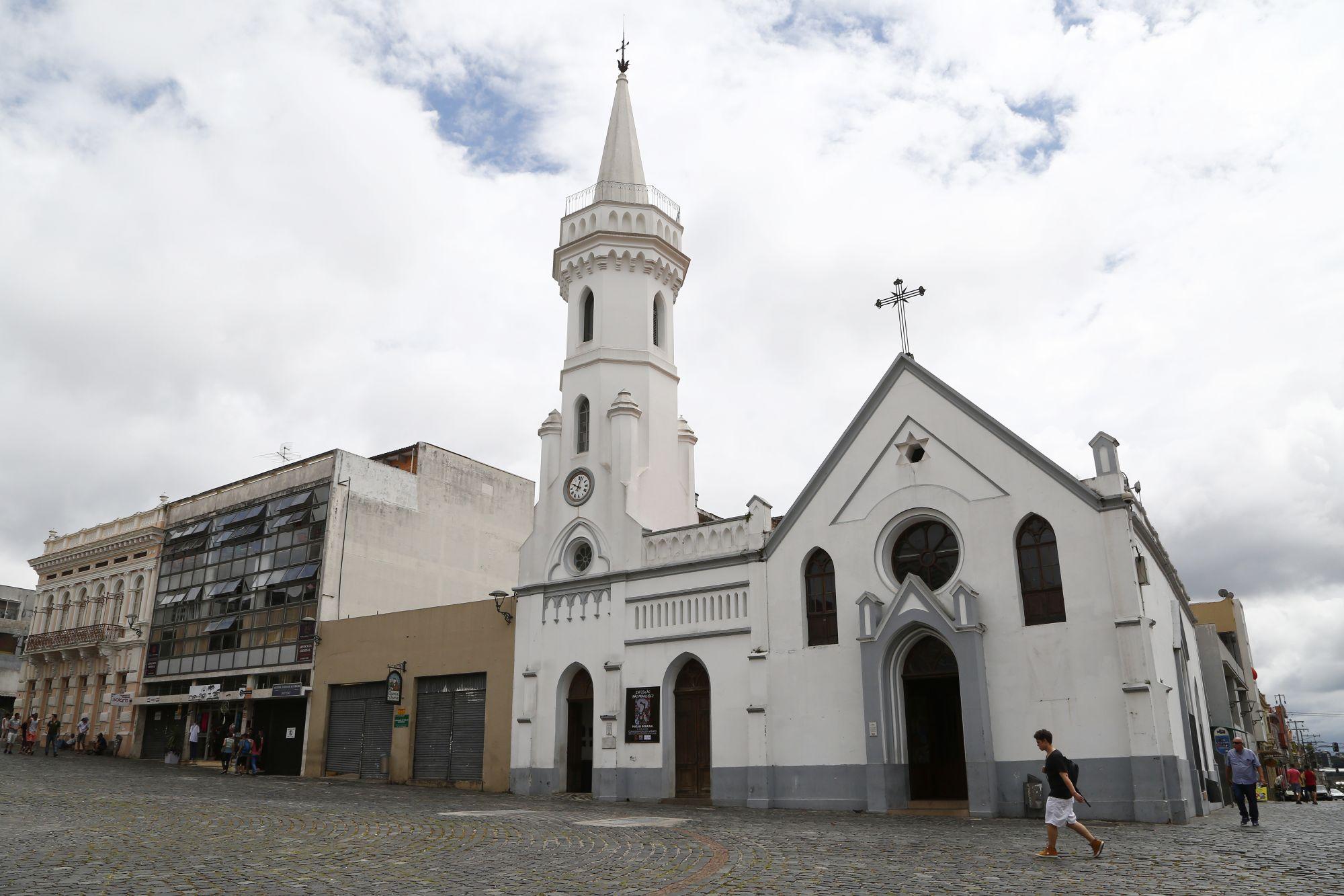 Cafeterias que funcionam junto de igrejas em Curitiba