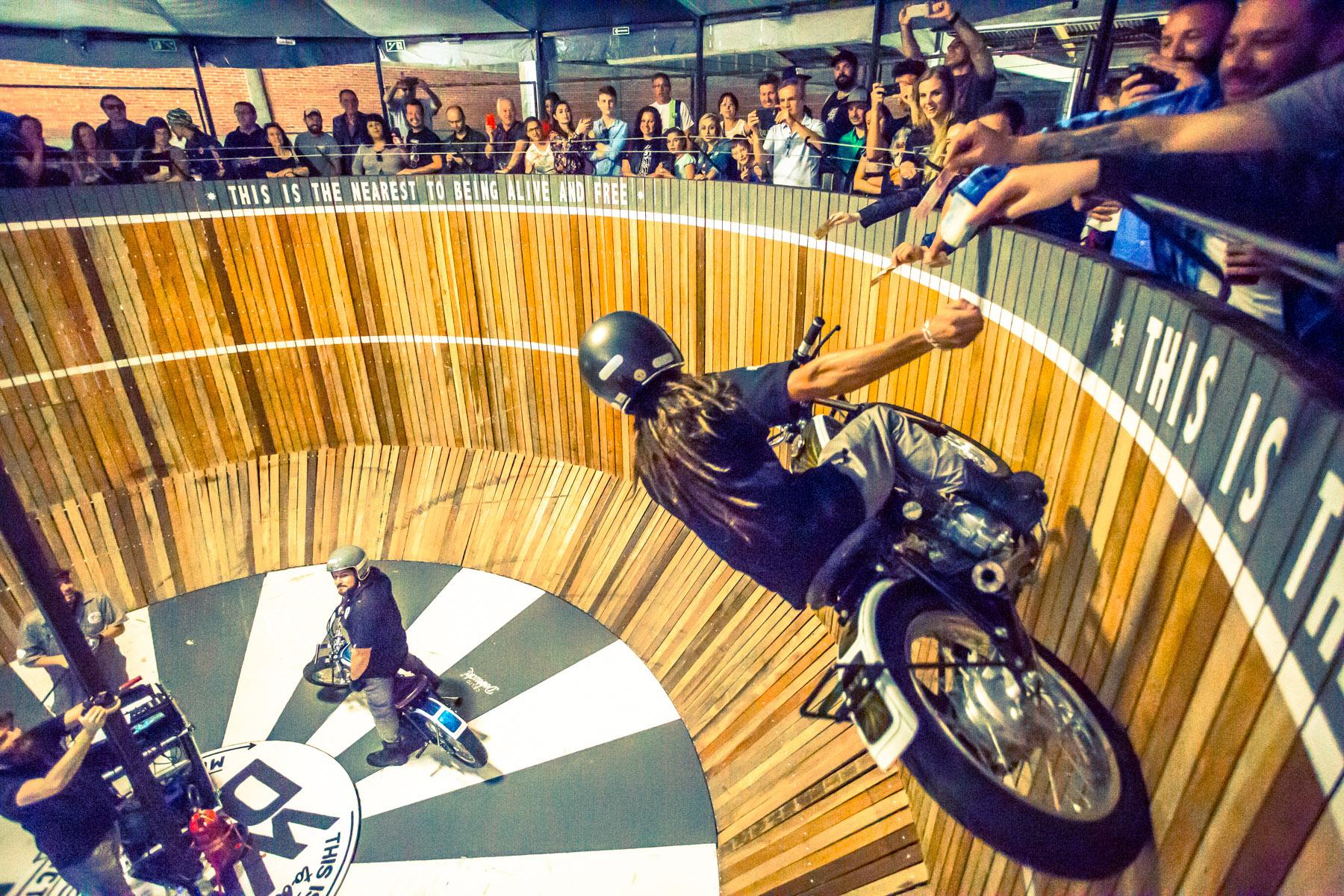 """Com """"muro da morte"""", BMS Motorcycle é evento para loucos por motocicletas"""