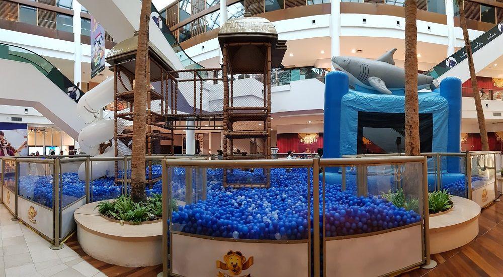 Férias: piscina com 200 mil bolinhas atrai crianças e adultos