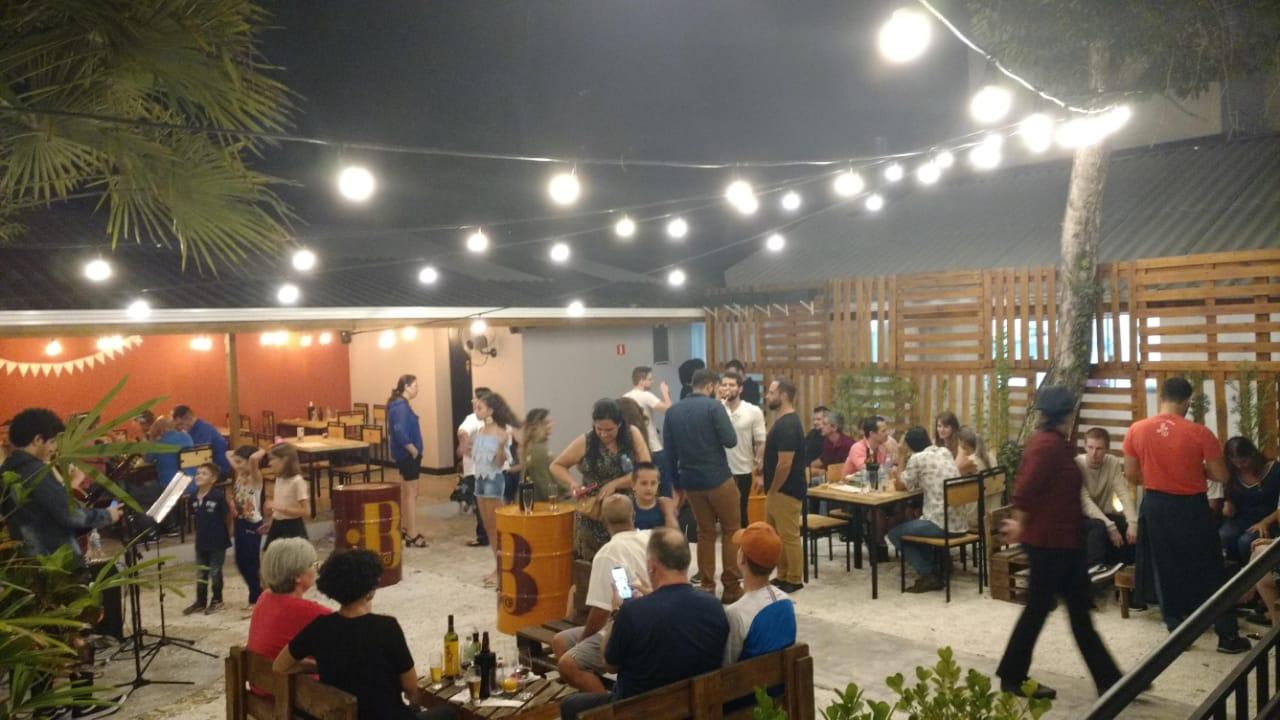 Bacareto faz festa de um ano com música ao vivo e chopp por R$ 5