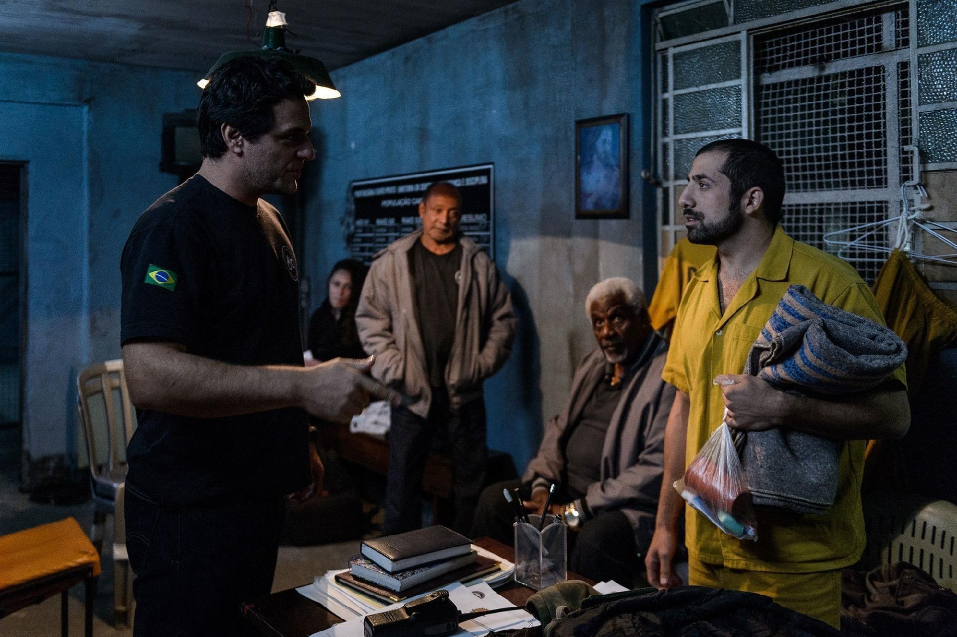 """Sessão de cinema reúne assinantes com ator e roteirista de """"Carcereiros"""""""
