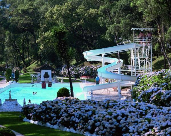 Conheça a piscina com água mineral que fica pertinho de Curitiba