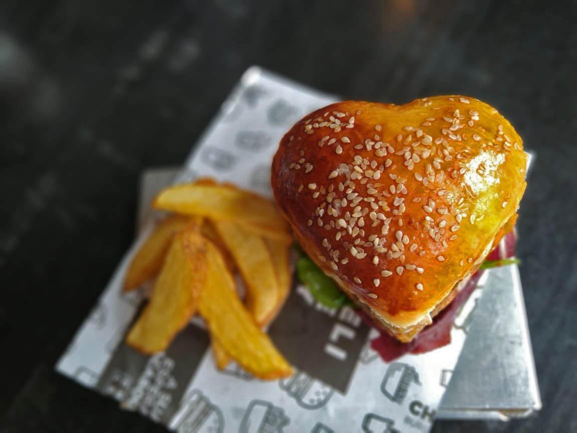 Chelsea faz hambúrguer em formato de coração para o Valentine's Day