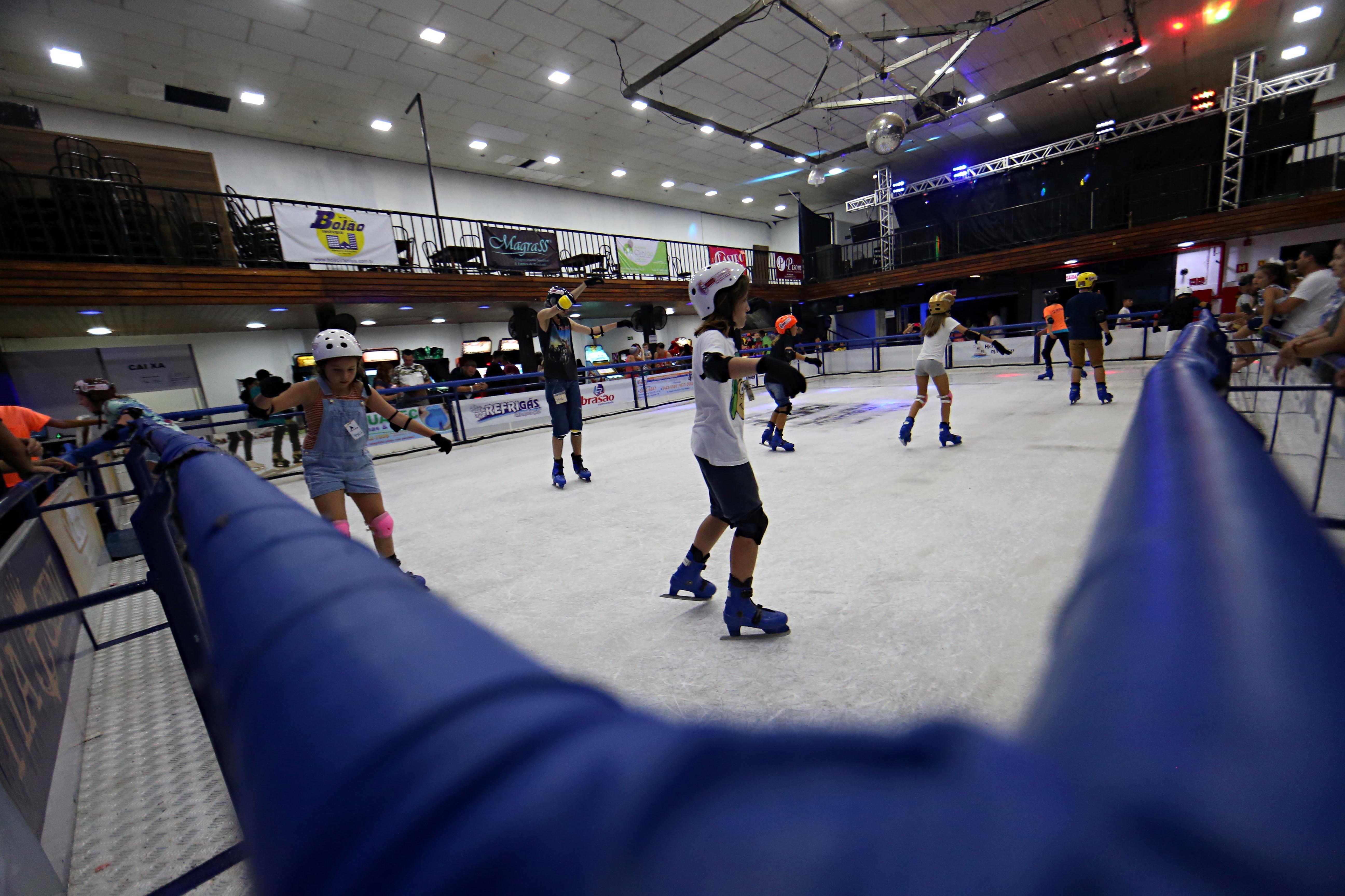 Em pleno verão, Litoral do Paraná tem pista de patinação no gelo