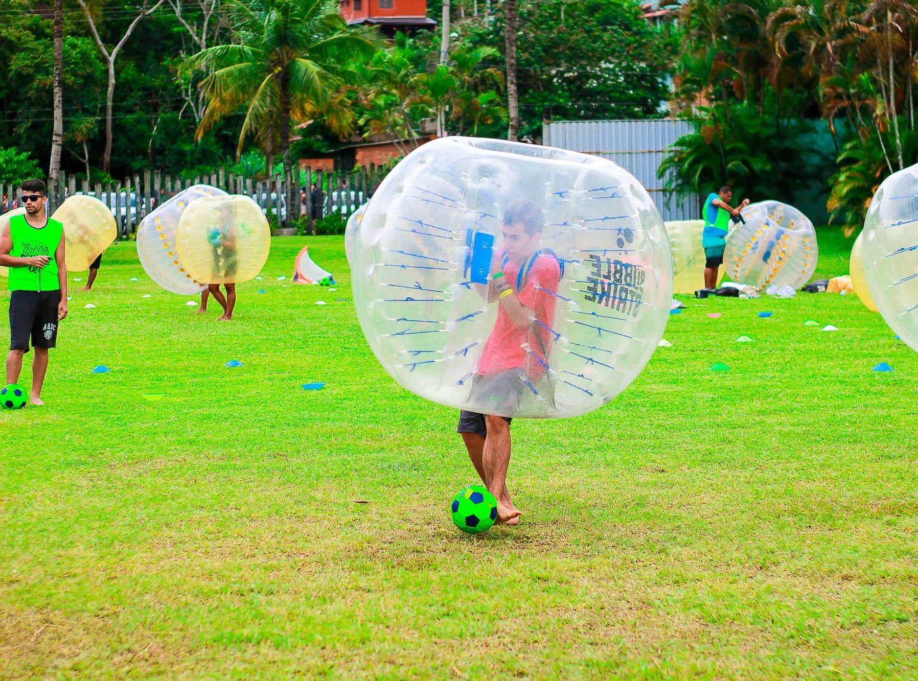 Evento em Curitiba terá futebol com bolha gigante e pebolim humano