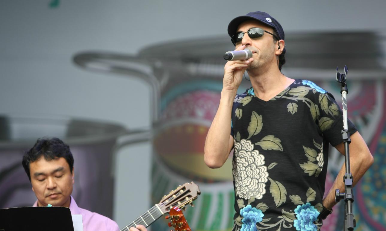 Fãs de MPB podem ver novo show de Zeca Baleiro e o cantor Jão em Curitiba até dezembro