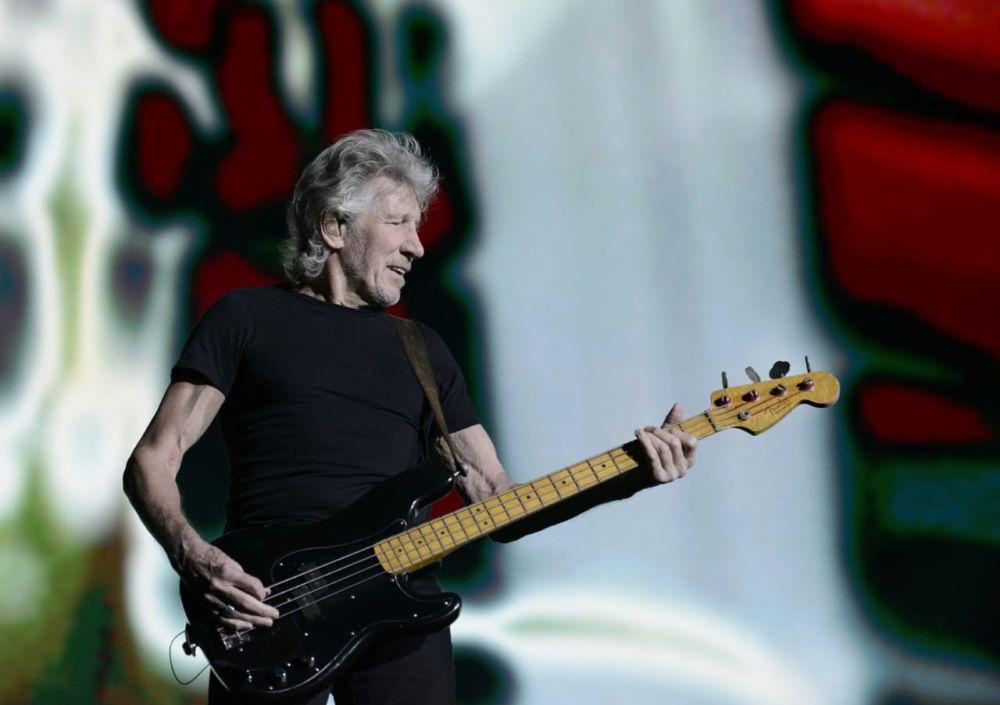 """Roger Waters exibe """"ele não"""" 30 segundos antes do limite da Justiça Eleitoral"""