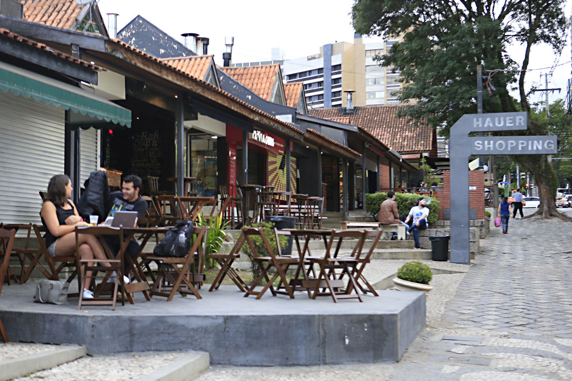 12 bares para beber na rua em Curitiba
