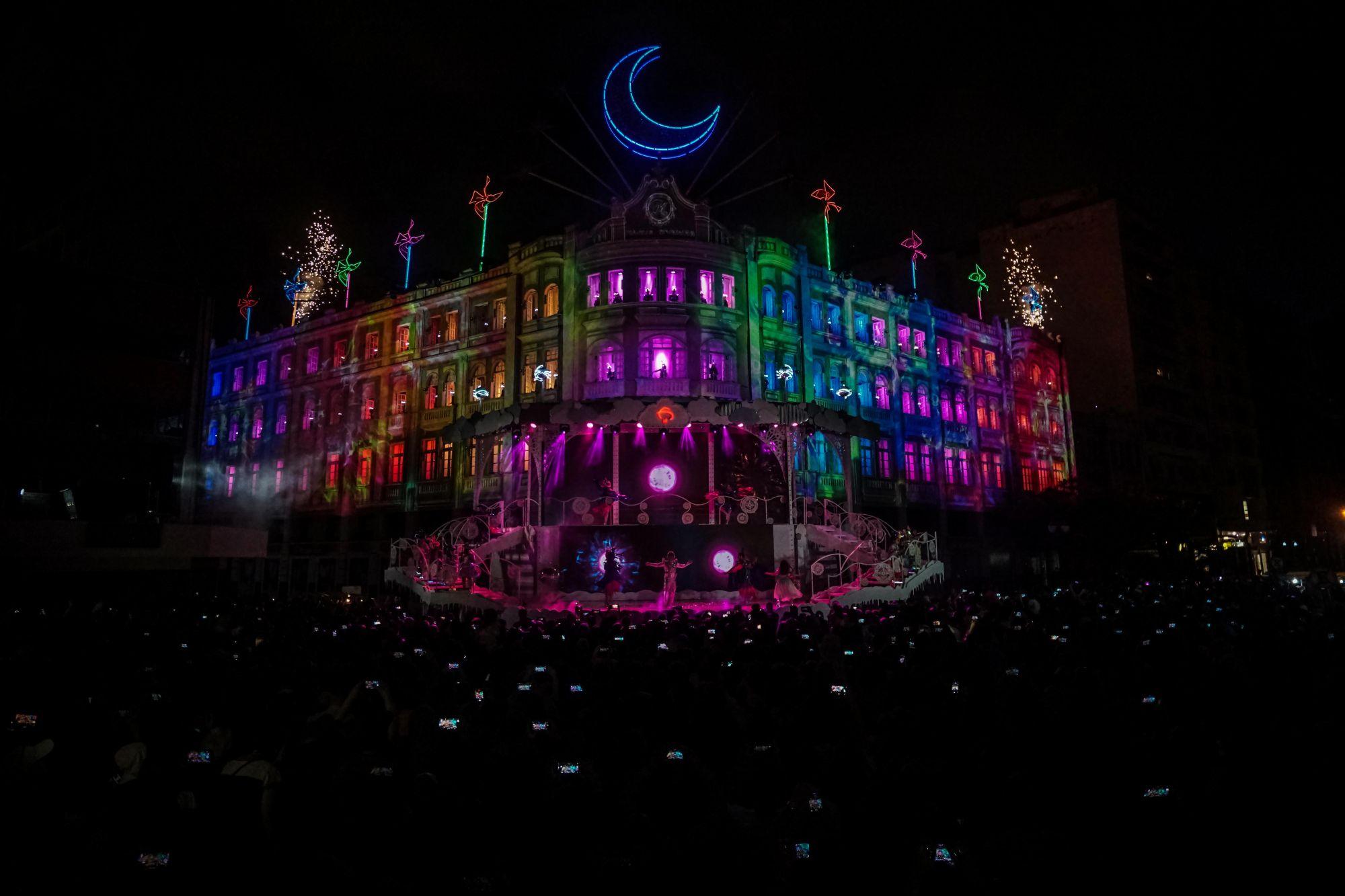 Natal do Palácio Avenida estreia com mais de 100 mil lâmpadas e lua gigante