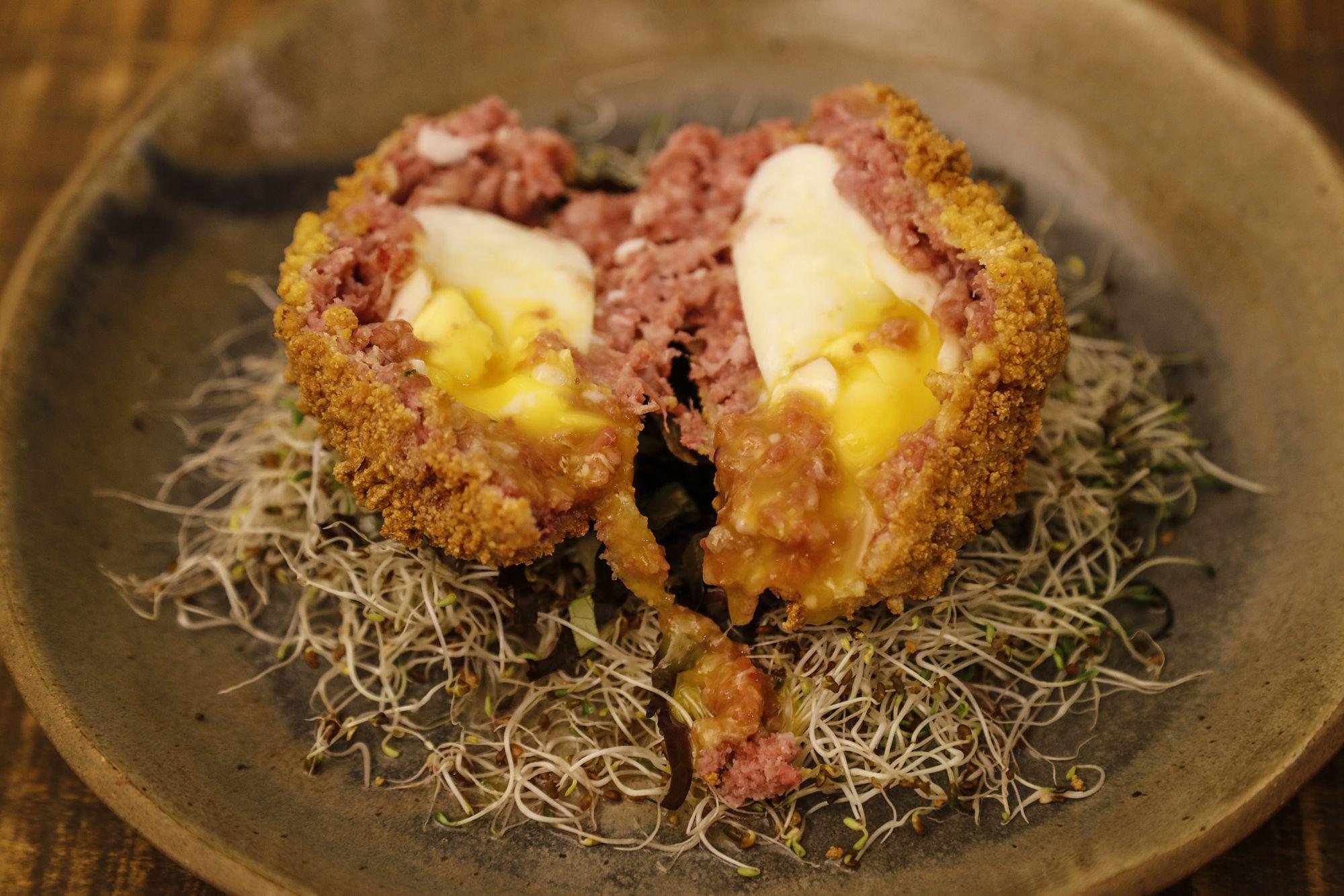 Novo espaço que une arte e gastronomia local tem bolovo de linguiça Blumenau