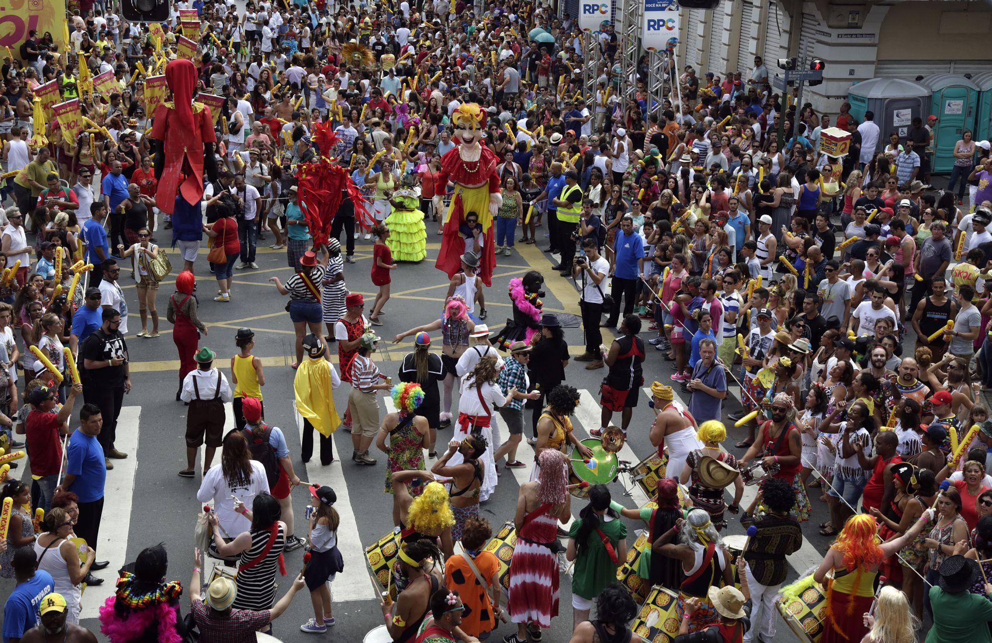 Pré-carnaval em Curitiba tem bloquinhos de rua e ensaio de escolas de samba