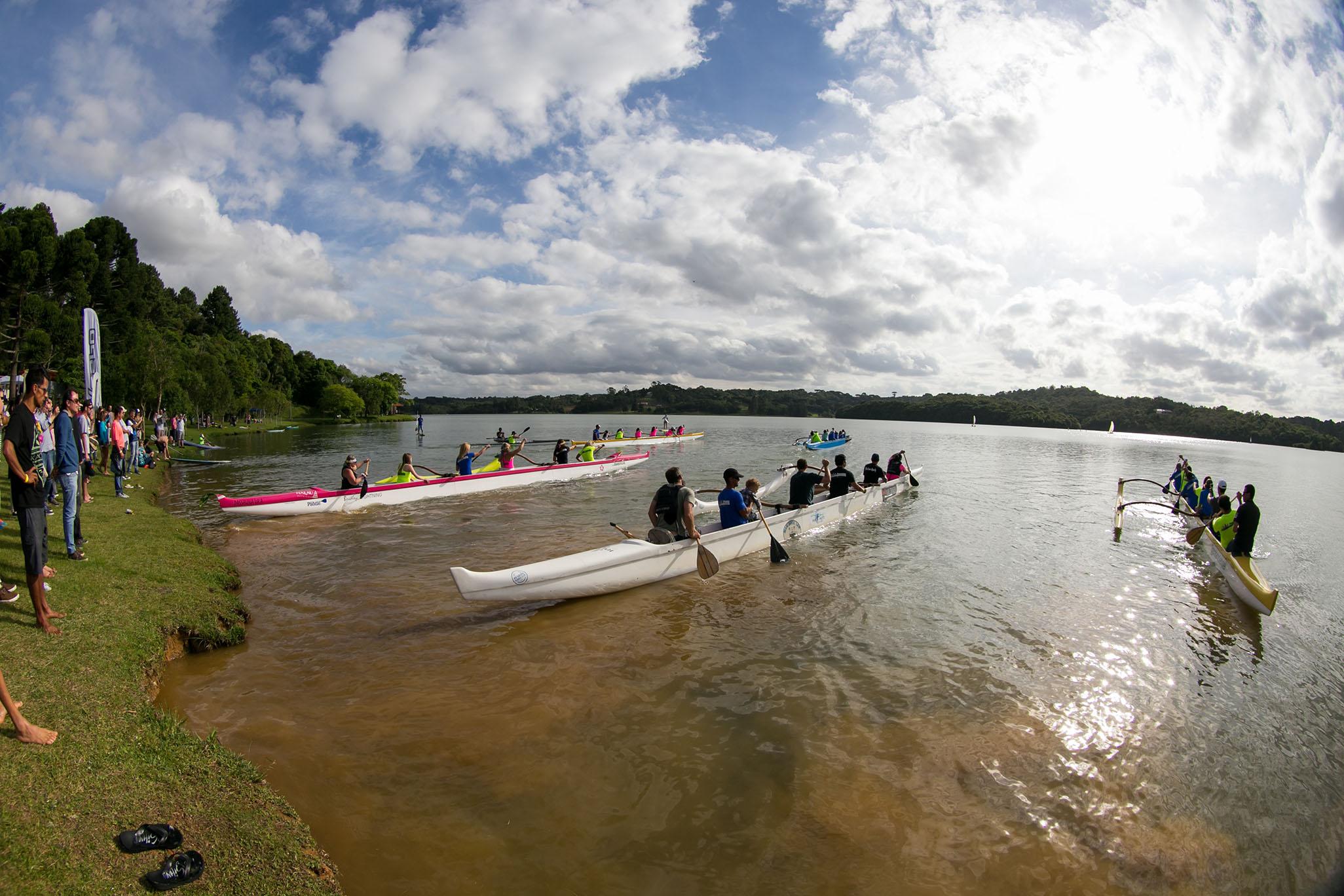 Você pode andar em uma canoa para até 11 pessoas em Curitiba