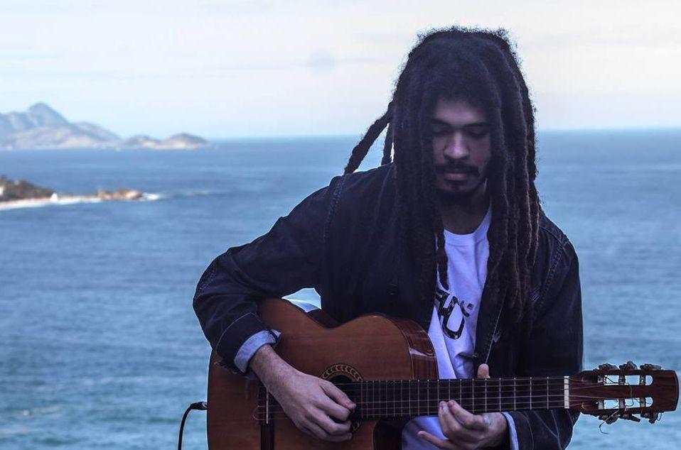 Músico neto de Chico Buarque e filho de Carlinhos Brown faz show inédito em Curitiba