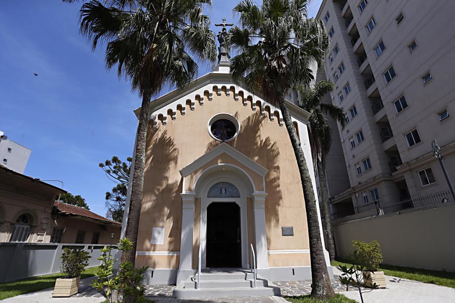 Capela que fica em frente ao Palacete dos Leões conta a história de Curitiba