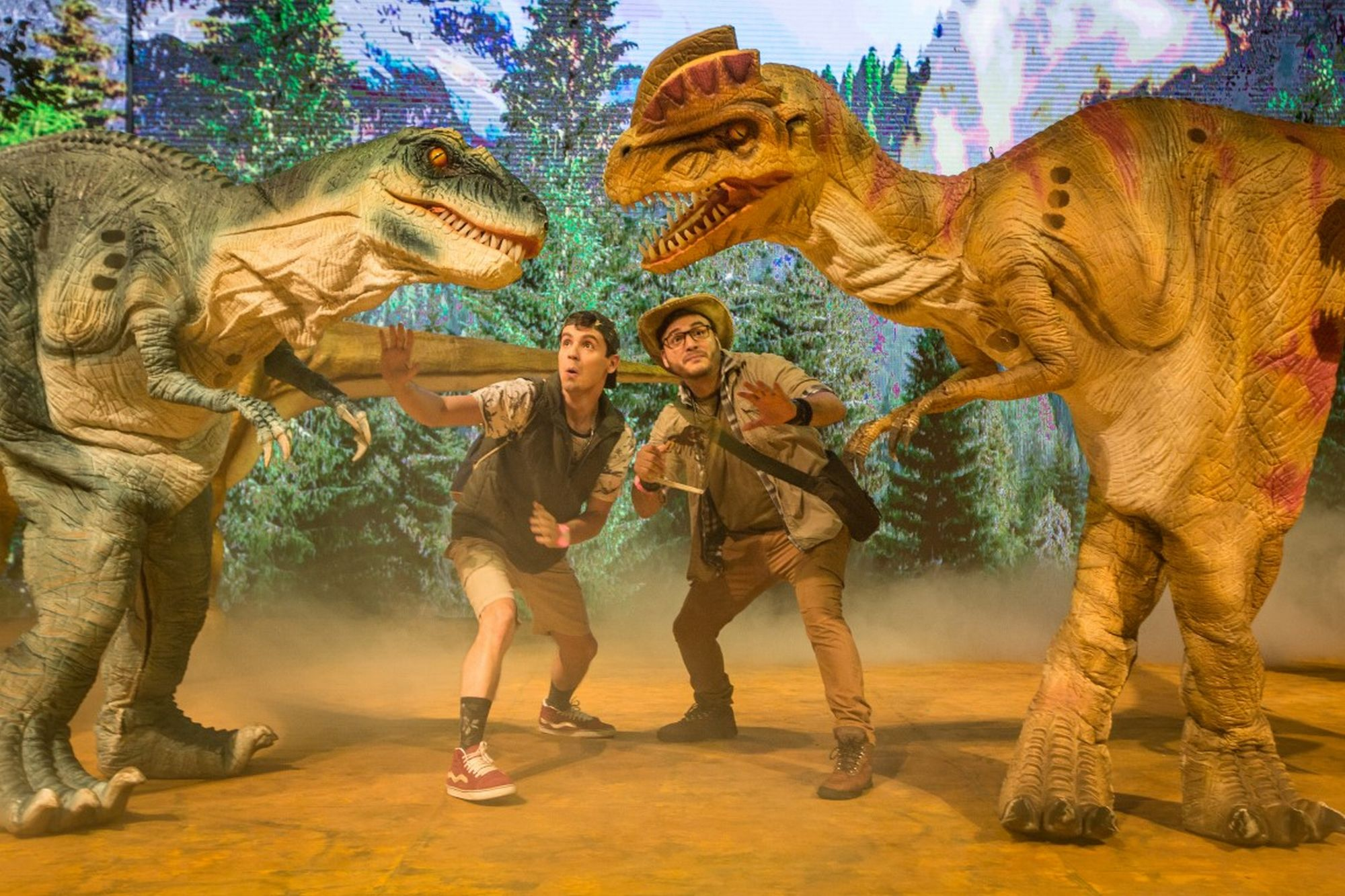 Dinossauros em tamanho real invadem teatro em show para toda a família