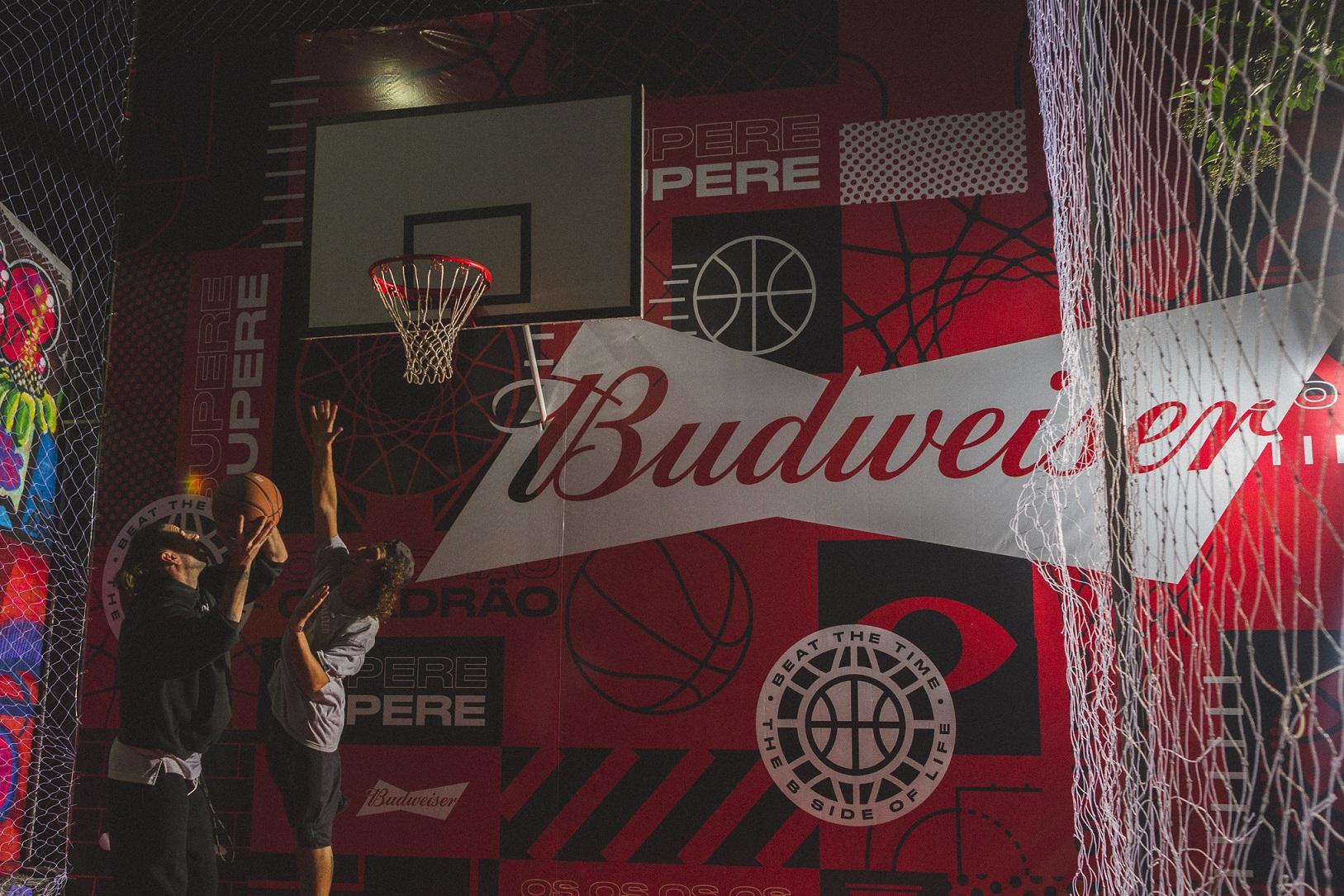 Budweiser reinaugura quadra de basquete em Curitiba com festa