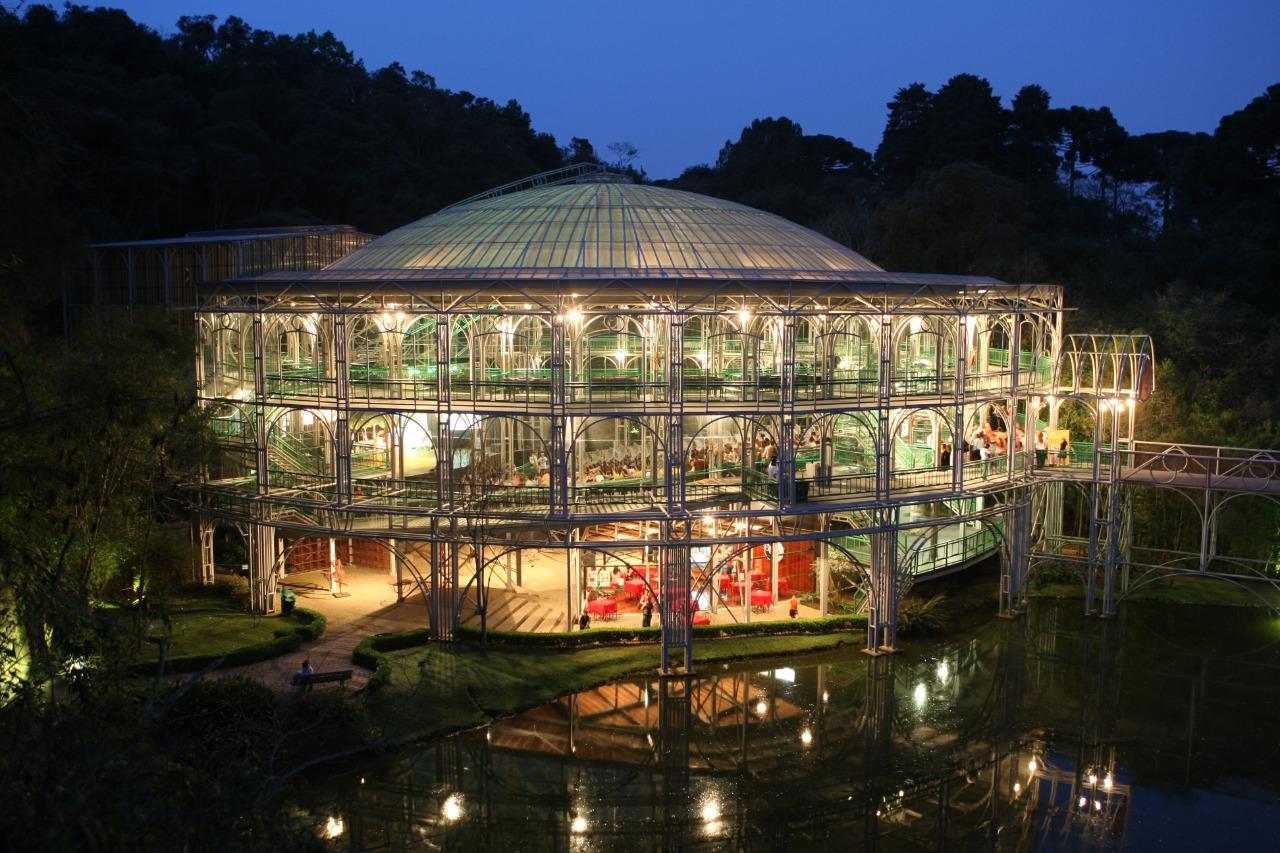 É possível visitar os pontos turísticos de Curitiba à noite!