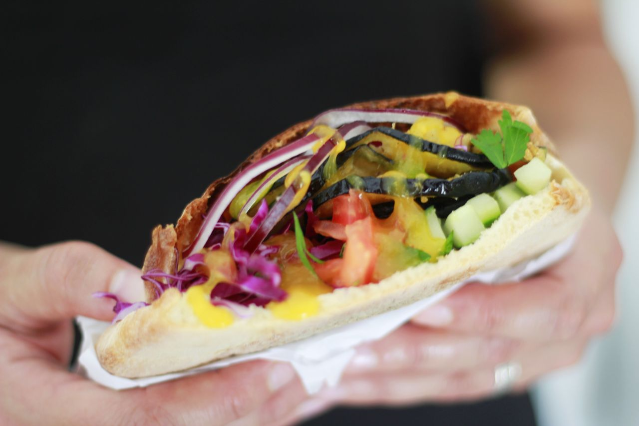 Sanduicheria em Curitiba serve dois clássicos árabes: falafel e berinjela frita