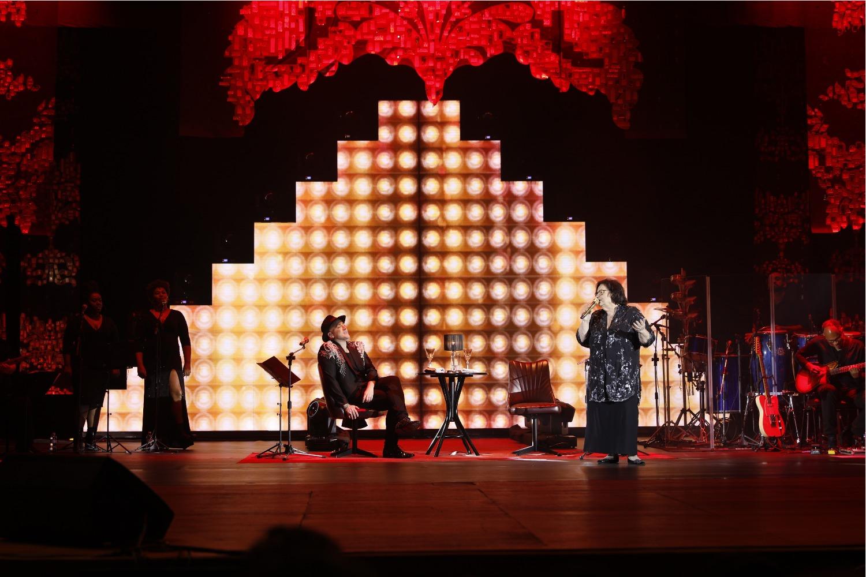 Paulo Gustavo chama a mãe ao palco em peça para rir e cantar