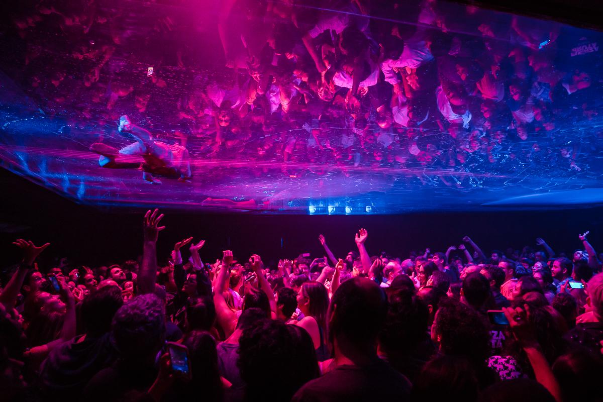 Grupo argentino Fuerza Bruta faz espetáculo que envolve o público em uma mistura de música, dança, acrobacia e efeitos especiais