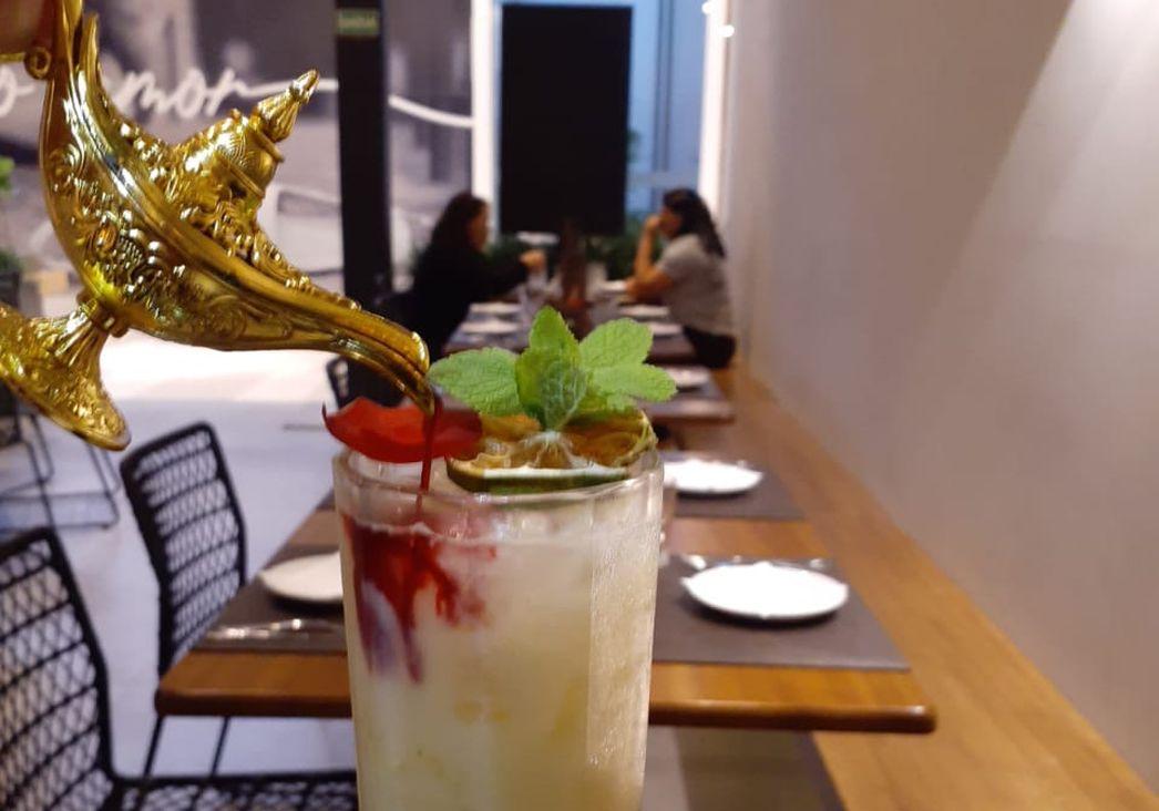 Restaurante árabe lança nova carta de bebidas com drink servido em lâmpada mágica