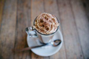 Friozinho? Aprenda a fazer o Hazel Hot Chocolate do Empório Muf's Café